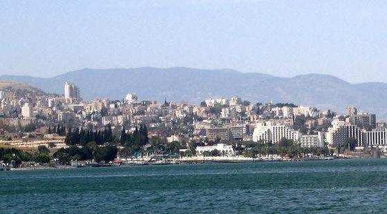 13743 Sea of Galilee and Tiberias 560x310 - Как добраться в Иерусалим из Тверии дешево